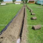 travní drn, rýha a zemina odložená na fólii